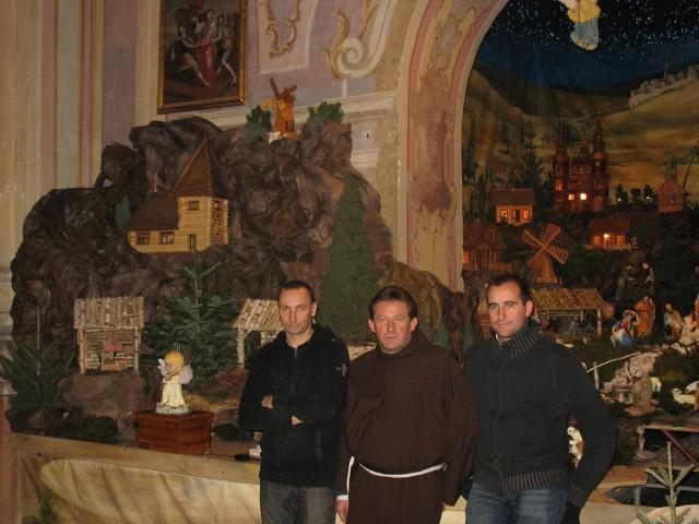 Paweł Stępień (pierwszy od lewej) buduje szopki od ponad 20 lat