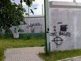Ul. Białowieska. Ekrany dźwiękochłonne pokryły rasistowskie napisy (zdjęcia)