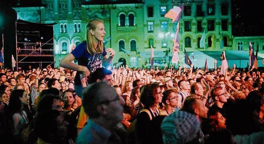 Tłumy pielgrzymów bawiły się nie tylko pod scenami w różnych częściach Krakowa, ale także wieczorami na Kazimierzu. - Przyjechaliśmy nie tylko się modlić, ale przede wszystkim pobyć razem - mówią