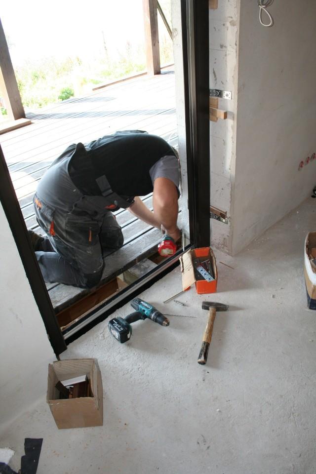 Montaż progu drzwiowegoMontaż progu drzwiowego w kanale montażowym.