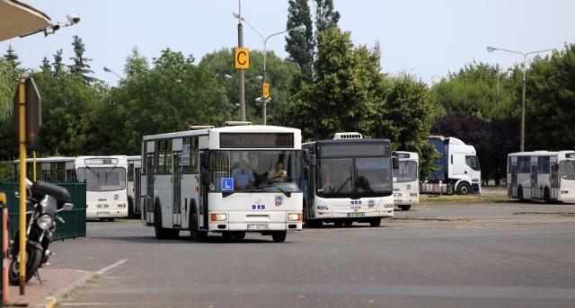 Ilu kierowców i motorniczych wozi nas miejskimi autobusami i tramwajami po Toruniu? Czy kobiety w tych zawodach to wciąż rzadkość? Ile zarabiają kierowcy miejskich autobusów i tramwajów? Oto załoga toruńskiego MZK w liczbach.Czytaj dalej. Przesuwaj zdjęcia w prawo - naciśnij strzałkę lub przycisk NASTĘPNEPOLECAMY TAKŻE: Maszyniści poszukiwani! Trwa wielka rekrutacja! Jakie zarobki?Nowe przepisy drogowe. Nawet 500 zł mandatu!