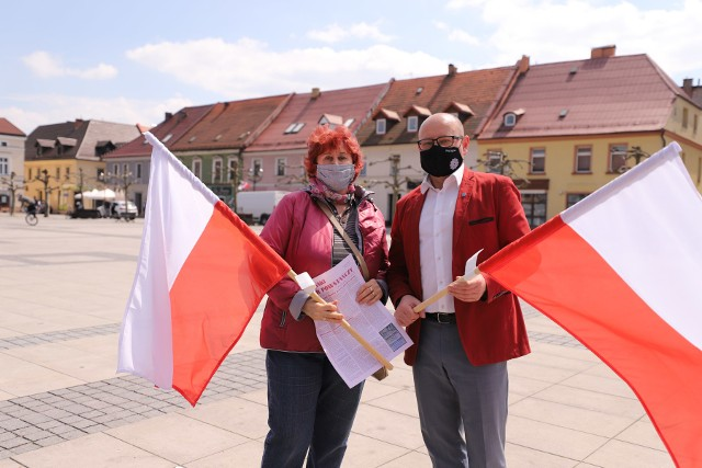 Burmistrz wręcza flagi na pszczyńskim rynku