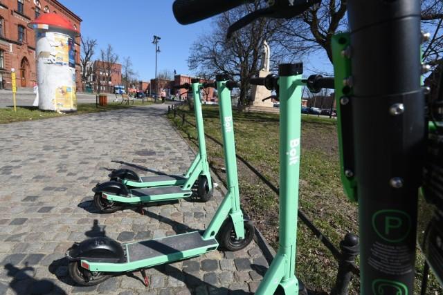 Przyszła wiosna, zrobiło się ciepło. Być może to dobra pora, by zostawić samochód, zrezygnować z komunikacji miejskiej i wybrać bardziej ekologiczny środek transportu? W Toruniu właśnie pojawiły się kolejne hulajnogi elektryczne. Powstały też nowe stacje roweru miejskiego. Sprawdźcie, ile zapłacicie za przejazd jednośladem i jak można wypożyczyć pojazd.Czytaj dalej. Przesuwaj zdjęcia w prawo - naciśnij strzałkę lub przycisk NASTĘPNE