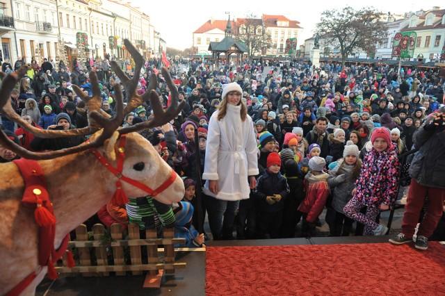 Święty Mikołaj spotka się z najmłodszymi na Rynku, na lotnisku w Jasionce, w galeriach handlowych.W tym roku najmłodsi mieszkańcy Rzeszowa spotkają się na Rynku z Mikołajem 9 grudnia. Zabawa rozpocznie się o godz. 13. Będą animacje, pokaz tańca. - Drodzy rodzice, jeśli chcecie, by wasze pociechy otrzymały prezenty na scenie rzeszowskiego Rynku w obecności Świętego Mikołaja zapraszamy do przesyłania zgłoszeń - podając imię i nazwisko dziecka, numer kontaktowy do rodzica - na adres psobczyk@estrada.rzeszow.pl. Czekamy do 7 grudnia - zachęca Estrada Rzeszowska. -  Paczki z przygotowanymi i podpisanymi prezentami przyjmowane będą 7 i 8 grudnia w Podziemnej Trasie Turystycznej, w godz. 9 - 18.