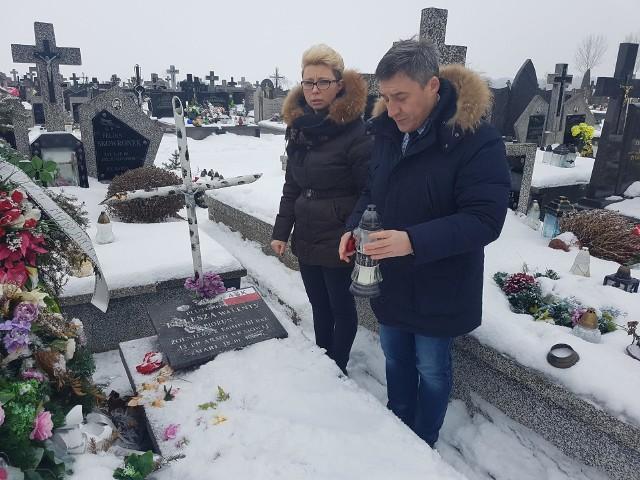 Wójt Rafał Kowalczyk i dyrektor Marta Wójcik przy grobie rodziców Aleksandra Kuleszy