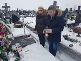 Ostrów, Wąsewo. Kwiaty na grobie żołnierza niezłomnego