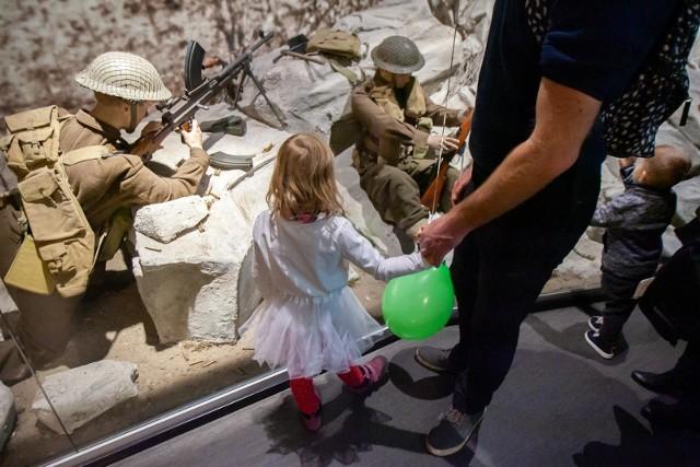 Muzeum Wojsk Lądowych zaprosiło w poniedziałek, 11 listopada, na festyn militarny. W programie znalazło się m.in. zwiedzanie wystaw stałych i czasowych, konkursy historyczne, gry strategiczne i wiele innych atrakcji. Więcej zdjęć w galerii.