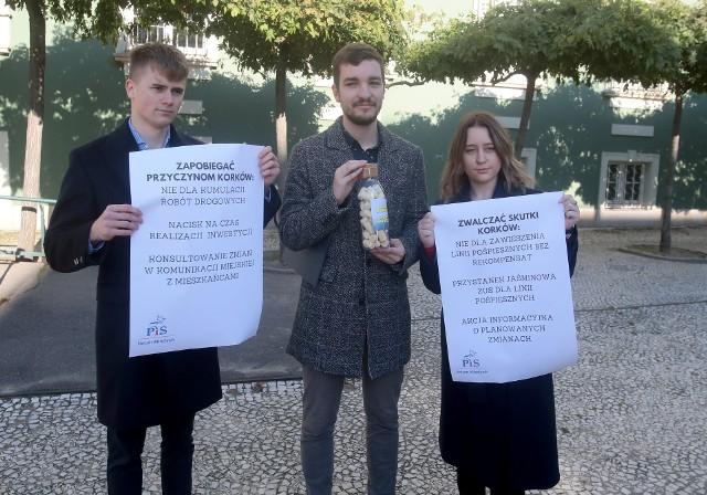 Młodzież PiS-u krytykuje kumulacje prac drogowych i zmiany w komunikacji miejskiej w Szczecinie