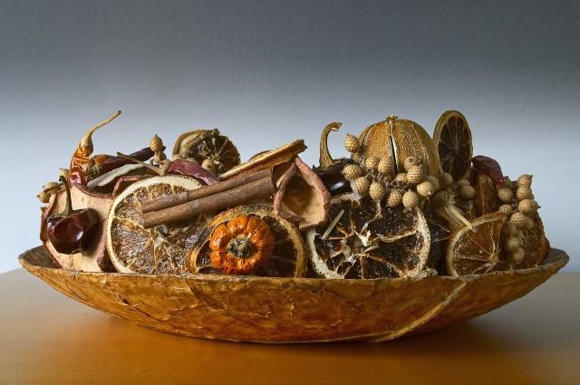 Suszone owoce w pięknym naczyniu z naturalnego materiału to spójna kompozycja.