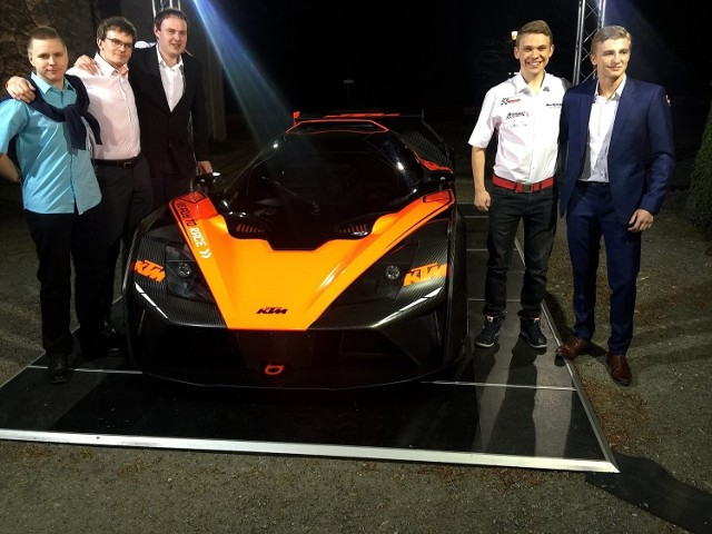 Maciej Dreszer (drugi z prawej), Mads Siljehaug i ich KTM X-bow gt4