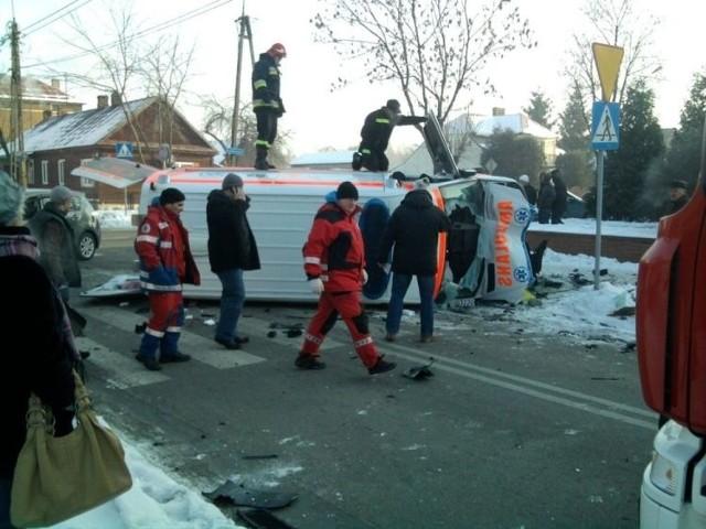 Wypadek karetki. Toyota uderzyła w pojazd pogotowia ratunkowego na ulicy Jagiellońskiej