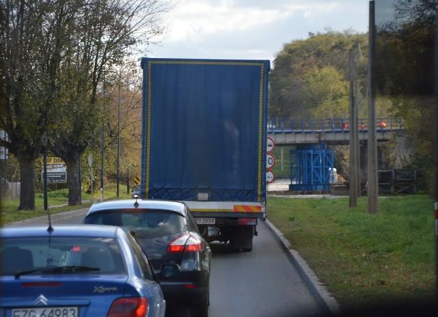 W najbliższy poniedziałek 18 listopada rozpoczną się kolejne utrudnienia w podróżowaniu droga krajową nr 91 przez Zgierz. Ma to związek z następnym etapem modernizacji wiaduktu kolejowego nad ulicą Łódzką, którą przebiega krajówka łącząca m.in. Łódź z autostradą A2 w kierunku Poznania.WIĘCEJ INFORMACJI - KLIKNIJ DALEJ