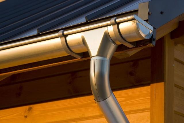System rynnowyOrynnowanie przede wszystkim odprowadza wody opadowe z dachu. Prawidłowo dobrany system rynnowy chroni przed powstawaniem zacieków na elewacji domu oraz zawilgoceniem fundamentów. Poza praktycznym zastosowaniem, rynny mogą być również ozdobą domu. Powinny być dopasowane do koloru dachu i współgrać z elewacją. Jednak to, jak długo system będzie nam służyć, zależy przede wszystkim od właściwego doboru i montażu orynnowania.