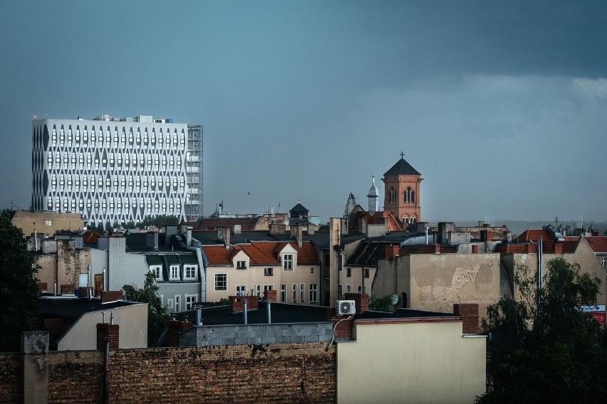 Poznań: Wichura połamała drzewa