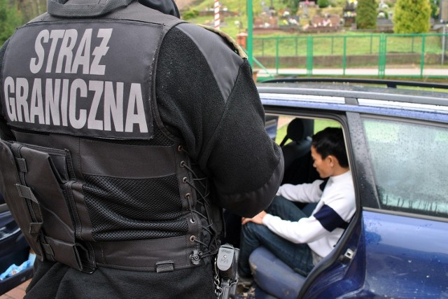 Oprócz 38-letniego kierowcy, samochodem podróżowało 4 obywateli Wietnamu