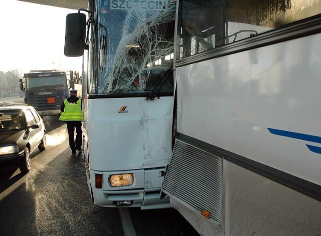 Siła zderzenia autobusów była tak duża, że większość pasażerów mocno uderzyła głowami w oparcia siedzeń.