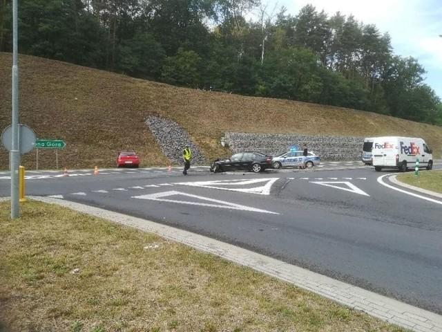 """Do zderzenie dwóch samochodów osobowych doszło na """"trasie śmierci"""" niedaleko Świdnicy."""