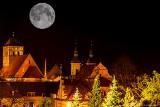 """Pełnia """"Różowego Księżyca"""" to jedna z piękniejszych w 2020. Zobaczcie jak wyglądała na Pomorzu w okolicach Chojnic. To wyjątkowe zjawisko!"""