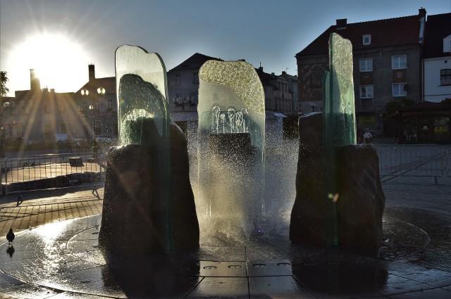 """Kończy się remont podświetlanej i """"tańczącej"""" w rytm muzyki fontanny na Rynku w Inowrocławiu. Pięknie wygląda ona także o zachodzie słońca"""