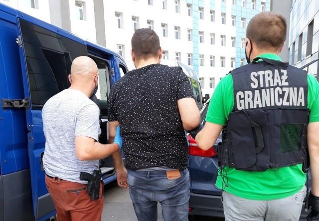 Straż Graniczna w Raciborzu rozbiła grupę przestępczą, która używając nielegalnych sposobów pozwalała cudzoziemcom przebywać na terenie Polski