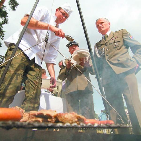 Po części oficjalnej był czas na posiłek. Tradycyjną grochówkę wyparł grill. Wszyscy będą mogli świętować jubileusz POW w dniu 6 września.