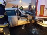Żółtki. Osobowy nissan wjechał w naczepę ciężarówki. Wypadek zablokował fragment S8 (zdjęcia)