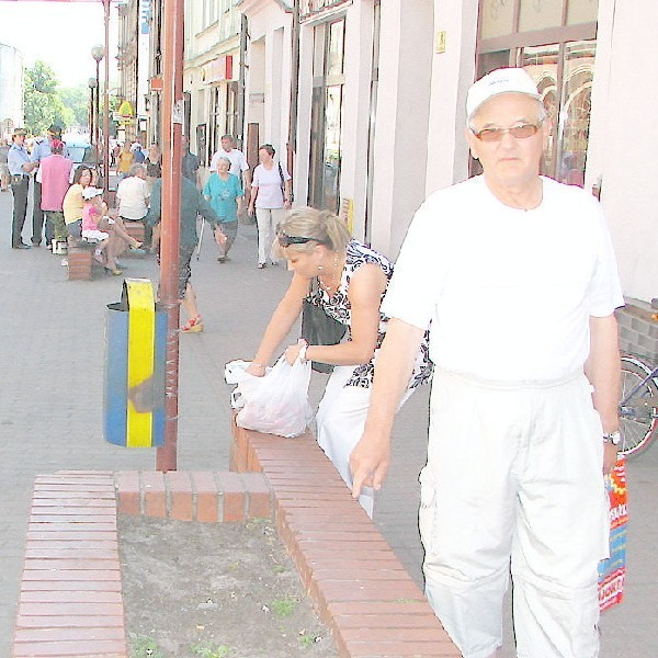 - Zamiast kwiatów - chleb dla kotów! Czy tak wygląda centrum miasta z turystycznymi aspiracjami? - pyta pan Zygfryd