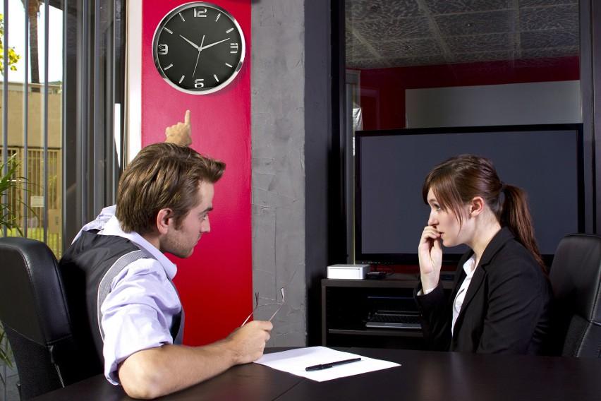Jeśli pracownikowi zdarza się spóźniać, musi się liczyć z naganą z wpisem do akt.