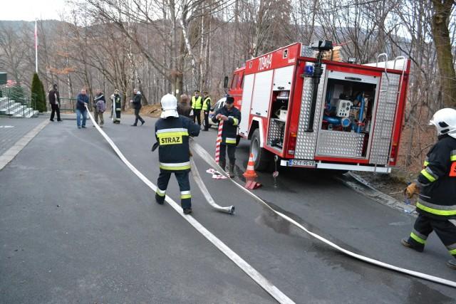 Alarm bombowy w Żywcu. Ewakuacja szkoły w Zywcu-Oczkowie