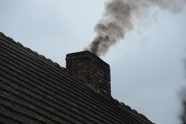 Poprawa stanu powietrza miała zajść na skutek wdrożenia uchwał antysmogowych na początku maja tego roku.