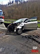 Samochód spadł z 50-metrowej skarpy w Skale-Grodzisku. Zablokował drogę wojewódzką [ZDJĘCIA]