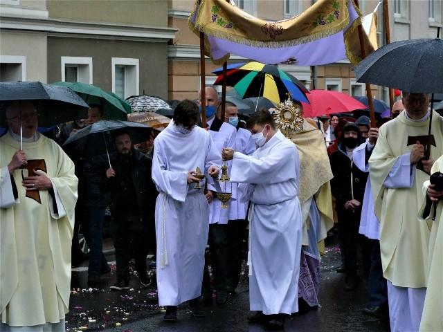 W Koszalinie jedna z procesji przeszła sprzed kościoła pw. Podwyższenia Krzyża Świętego do Domu Miłosierdzia Bożego.