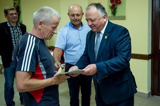 Wójt Łoniowa Szymon Kołacz wręcza grawerton Eugeniuszowi Gruszeckiemu, byłemu trenerowi. W środku prezes Zbigniew Dziuba, z tyłu z lewej Rafał Olejniacz.