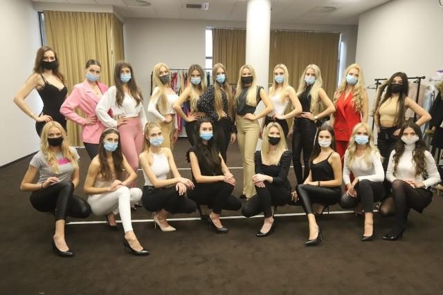 W czasie pandemii tak pozuje się do grupowych zdjęć. Trzeba uśmiechać się... oczami.