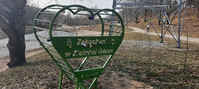 """Serduszko """"Zakochani w Zielonej Górze"""" stanęło w Dolinie Gęśnika przy okazji tegorocznych walentynek."""