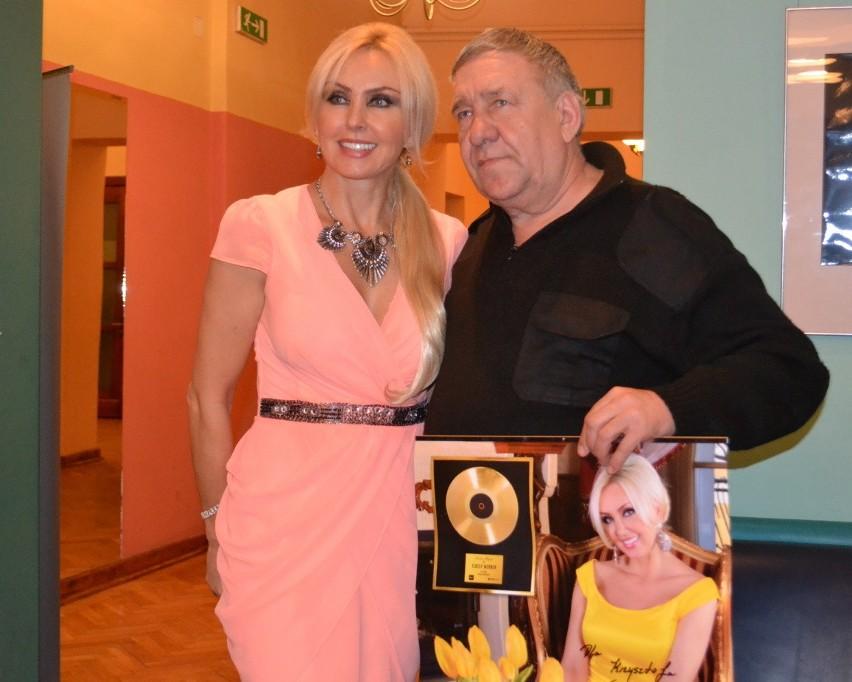 Pamiątkową fotografię po koncercie z Teresą Werner robi...