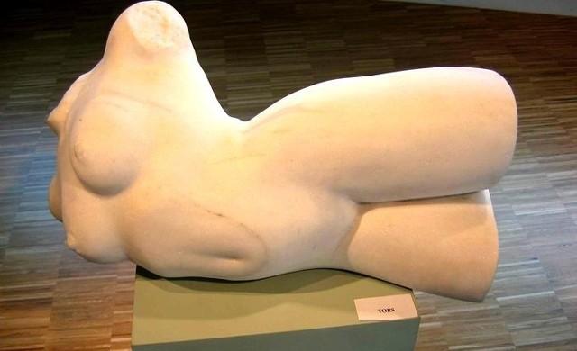 """Jedno z dzieł, które będzie można zobaczyć na wystawie """"Kamień"""" – rzeźba Ryszarda Piotrowskiego"""