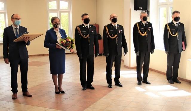 Komendanci - ustępujący i obejmujący stanowisko - podczas poniedziałkowej uroczystości w siedzibie PSP w Słupsku