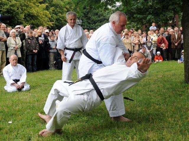 Karate ksiądzKsiądz Jan Kazieczko, proboszcz katedry, w pokazie karate. Pokaz z okazji 40-lecia kaplanstwa.