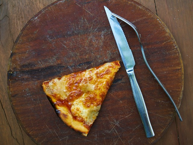 """Jak zahamować apetyt, by łatwiej schudnąć i ograniczyć przybieranie na wadze? Zamiast matematycznej wiedzy i tabel kalorii proponujemy sprawdzone sposoby na zwiększenie sytości, które oddziałują na naszą psychologię i fizjologię.Brzmi to skomplikowanie, ale jest całkiem łatwe – wystarczy kilka zmian nawyków i menu, by wciąż jeść do syta i zapewniać sobie satysfakcję, ale przy mniejszej podaży kalorii i znacznie korzystniejszym działaniu jadłospisu na zdrowie.Poznaj naszą """"dietę bez diety"""" i wprowadź 8 EFEKT-ywnych trików na zmniejszenie apetytu, które pozwolą cieszyć się szczupłą sylwetką!"""