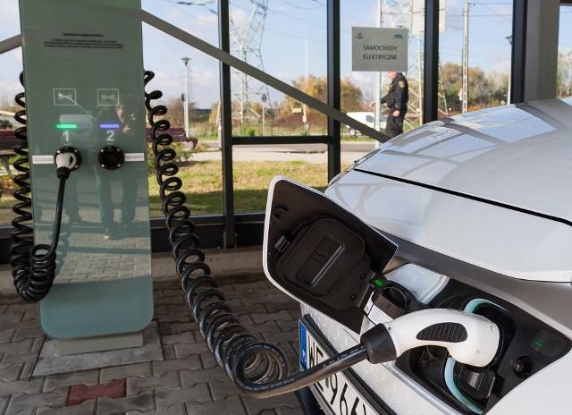 Auta elektryczne powoli, ale systematycznie zdobywają sobie uznanie Polaków