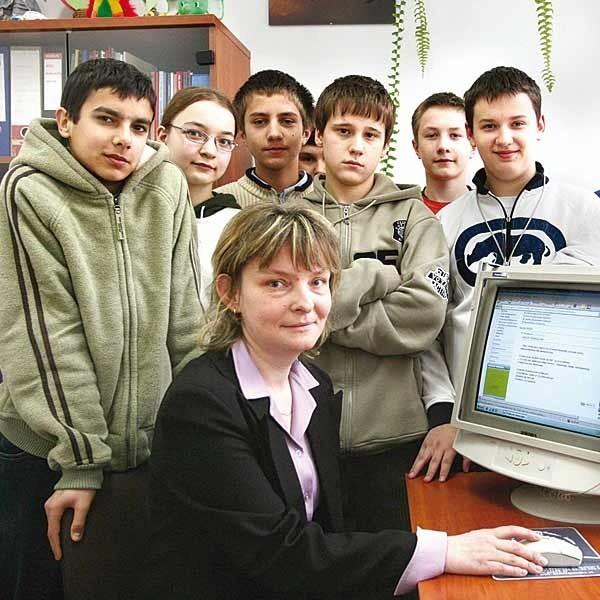 - Rodzice i dzieci chętnie kontaktują się z nami przez internet - mówi Halina Krzysztofińska, szkolny pedagog.