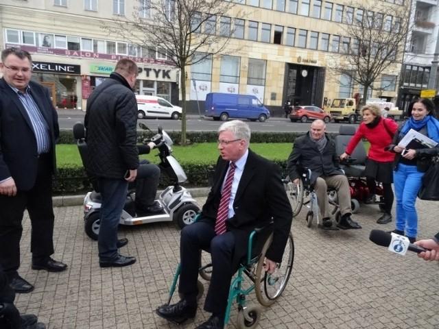 Kandydaci na prezydenta ... na wózkach inwalidzkich