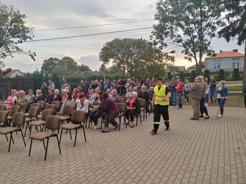Mieszkańcy Hadykówki protestowali przeciwko budowie spalarni odpadów w samym centrum ich miejscowości. - Dopóki jestem wójtem spalarni tu nie będzie - mówił wójt gminy Cmolas.