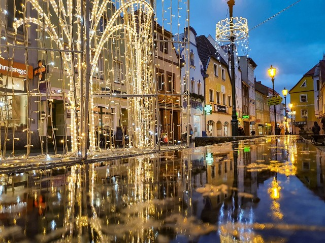 Nieraz w szale świątecznych zakupów zapominamy, że świat dokoła nas jest naprawdę piękny. Żary rozświetlone tysiącami światełek, odbijających się w wodzie, wyglądają naprawdę magicznie!