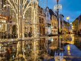 Prawdziwa magia! Żary rozświetlone deszczem i świątecznymi światełkami, czyli iluminacja odbita w kroplach wody