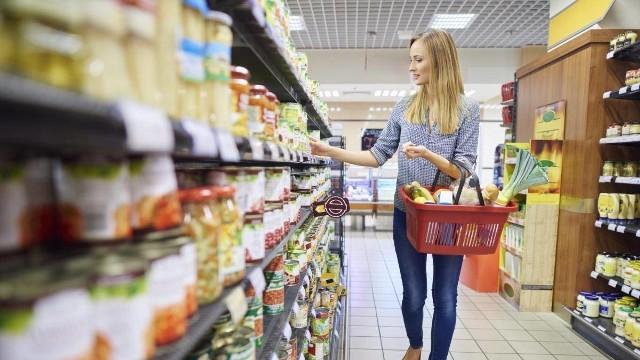 Od 1 stycznia 2020 roku w Polsce  obowiązuje zakaz handlu we wszystkie niedziele z wyjątkiem siedmiu w roku - trzy przedświąteczne oraz w ostatnie niedziele przypadające w styczniu, kwietniu, czerwcu i sierpniu, czyli wtedy gdy sklepy organizują wyprzedaże.Nie wszystkie sklepy obejmie jednak zakaz. Które dokładnie? Sprawdź na następnych slajdach.Sklepy zamknięte w niedziele 2018 [WYKAZ, DATY]. Sklepy i galerie handlowe będą zamknięte [Zakaz handlu w niedziele]ZAKAZ HANDLU W NIEDZIELE 2018: W które niedziele nie zrobimy zakupów. Kiedy sklepy będą nieczynne w niedzielę [KALENDARZ 2018]Niedziela bez handlu 2018. Zakaz handlu w niedziele. Sklepy nieczynne w niedziele. Kiedy zamknięte sklepy w niedziele? (kiedy, data, lista)