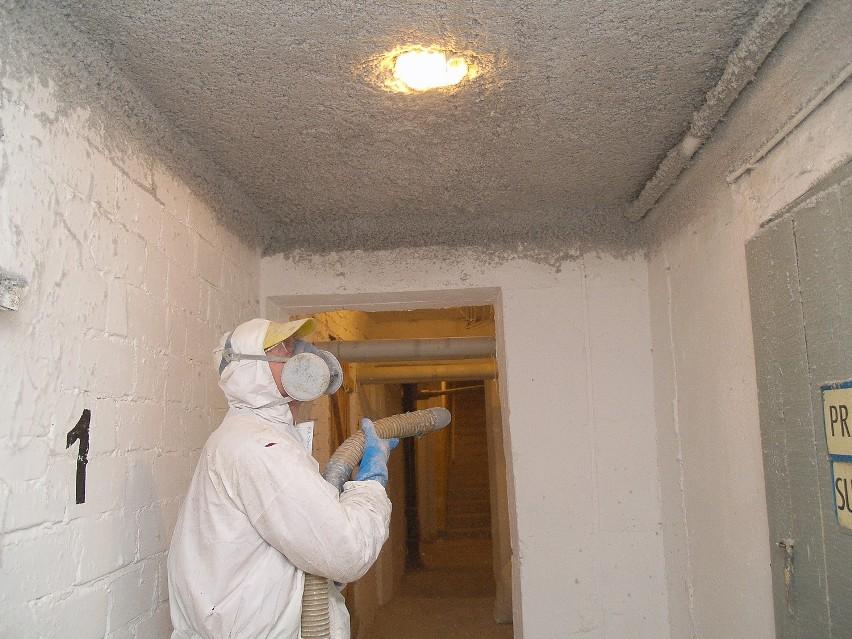 Prace w spółdzielni prowadzi firma Hydro Marek Drozd z Koszalina. Ocieplanie jest prowadzone metodą natrysku materiału izolacyjnego.