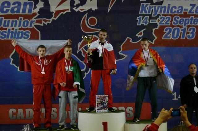 Podium formuły low kick juniorów starszych kategorii do 67 kg. Na najwyższym stopniu Adrian Ahmad, na trzecim miejscu Jakub Filipek (pierwszy z lewej).
