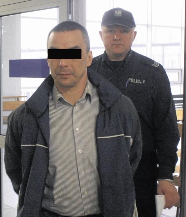 Adam Ł. przed sądem.